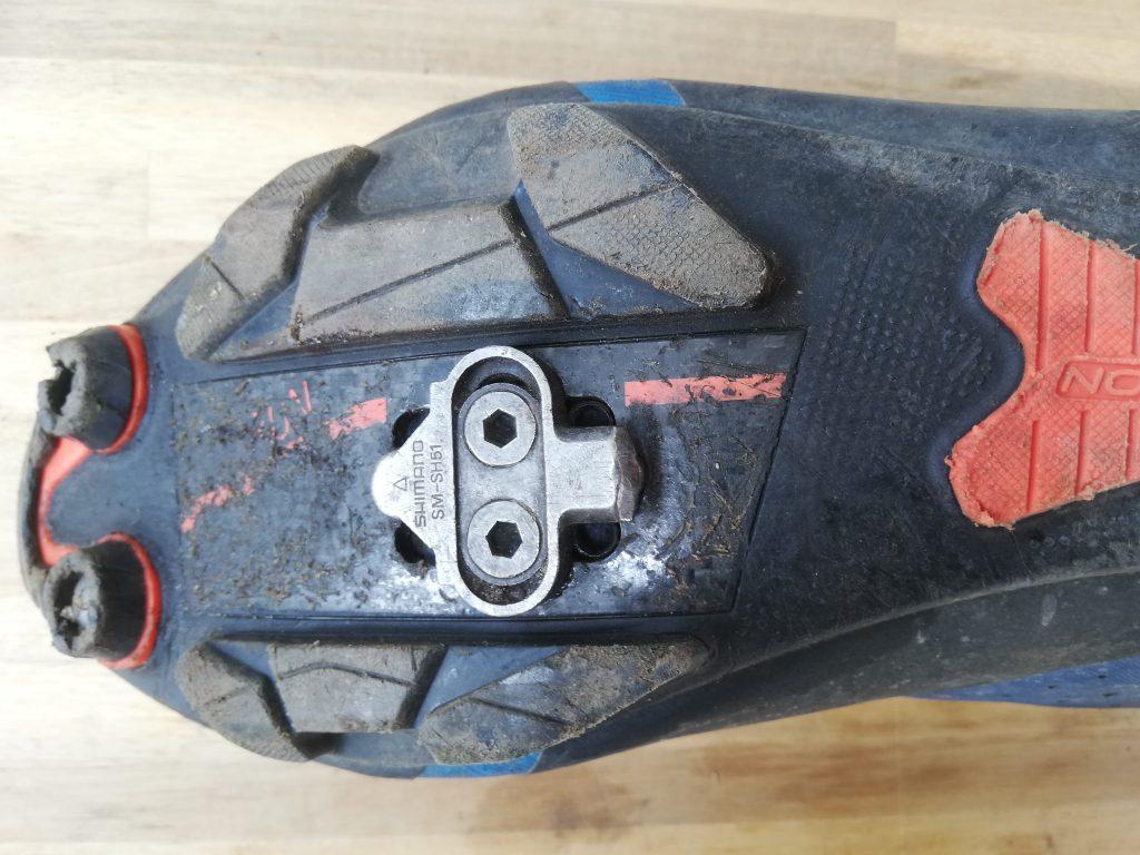 Spd schoenplaatjes gemonteerd op een mountainbikeschoen