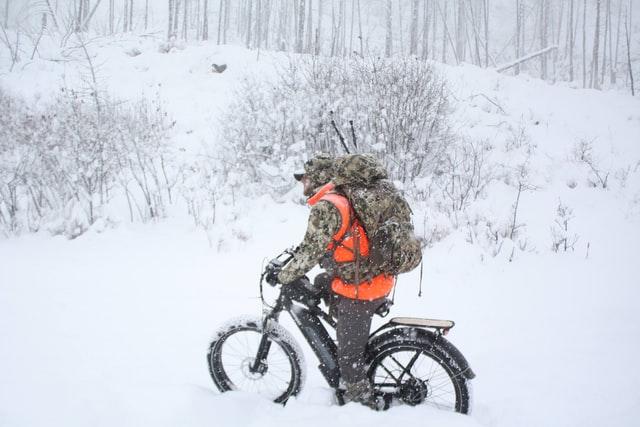 Elektrische fatbike in de sneeuw